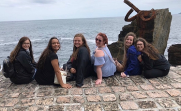 Picture of students by ocean while studying abroad